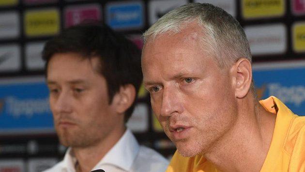 Trenér Sparty Václav Jílek (vpravo) a v pozadí sportovní ředitel Tomáš Rosický.