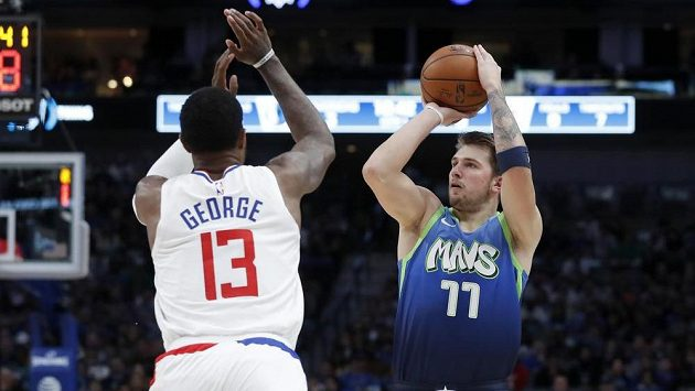 Paul George (13) z Los Angeles Clippers a Luka Dončič (77) z Dallasu.