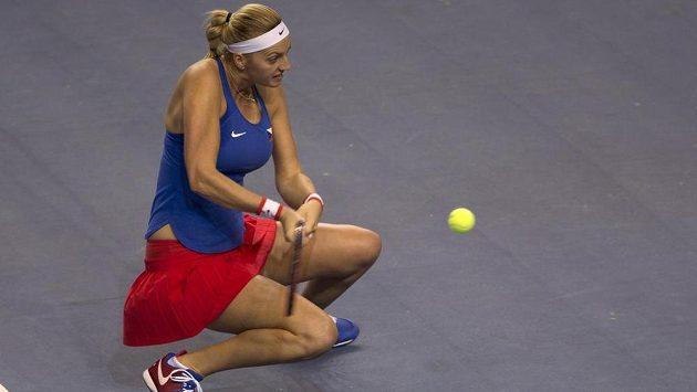 Petra Kvitová odpaluje v utkání s Caroline Garciaovou míč z těžké pozice.