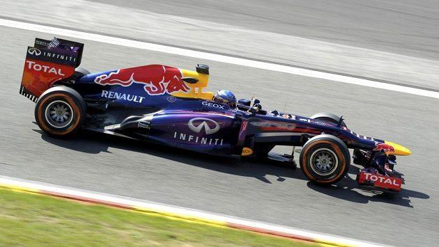 Pilot Red Bullu Sebastian Vettel při tréninku na okruhu ve Spa.