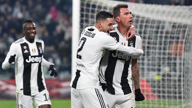 Chorvatský útočník Juventusu Mario Mandžukič zařídil svým osmým gólem v sezoně vítězství nad AS Řím.