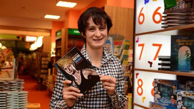 Rychlobruslařka Martina Sáblíková představila svou autobiografii v knihukupectví Luxor.
