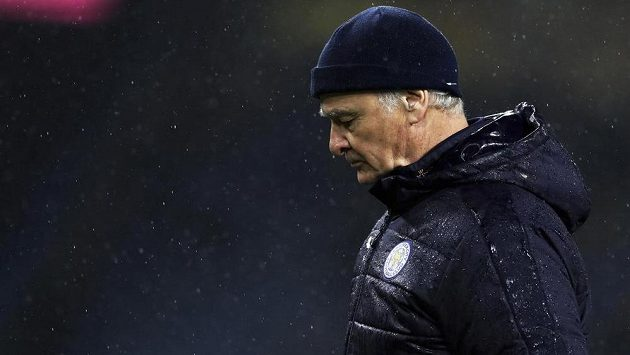Manažer Leicesteru City Claudio Ranieri kráčí zklamaně po hřišti. Jeho týmu se v Premier League vůbec nedaří a je těsně nad pásmem sestupu. Hrozí, že trenér dostane padáka