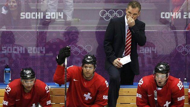 Trenér švýcarské hokejové reprezentace Sean Simpson (vzadu).