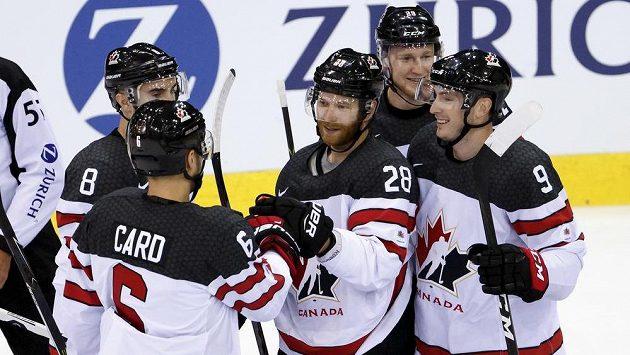 Chris Lee nikdy nehrál NHL, ale teď, v téměř 37 letech, nastupuje v Paříži vedle hvězd této soutěže v kanadském dresu. Na snímku gratuluje se spoluhráči ke gólu Claudu Girouxoi.