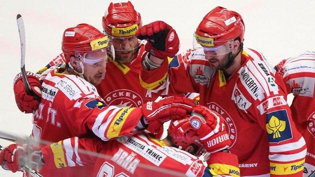 Radost třineckých hokejistů ze vstřeleného gólu Spartě ve druhém semifinále play off.
