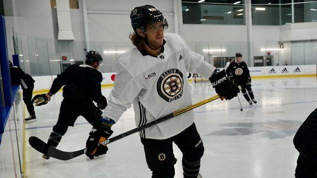 David Pastrňák na tréninku hokejistů Bostonu.