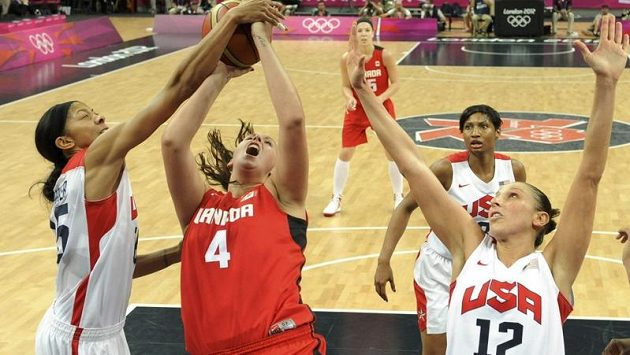 Kanadská basketbalistka Krista Phillipsová (uprostřed) bojuje o míč s Američankami Candace Parkerovou (vlevo) a Dianou Taurasiovou.