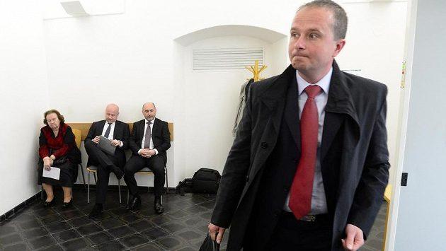 Bývalý šéf disciplinární komise Jiří Golda (vpravo) u Okresního soudu pro Prahu-západ, druhý zprava vzadu je šéf fotbalové Plzně Tomáš Paclík.