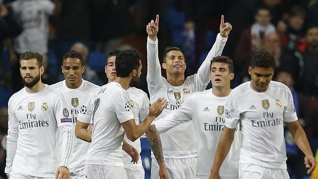 Critistiano Ronaldo (třetí zprava) se raduje se spoluhráči z Realu Madrid z gólu proti Malmö.