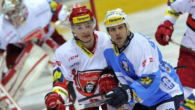 Hradecký útočník Rudolf Červený (vlevo) a útočník Plzně Martin Straka.