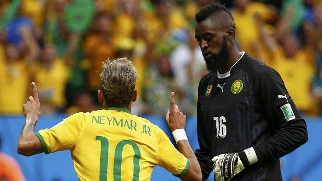 Brazilec Neymar slaví gól proti Kamerunu.