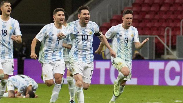 Lionel Messi (10) v čele oslav fotbalistů Argentini po postupu do finále Copa América.