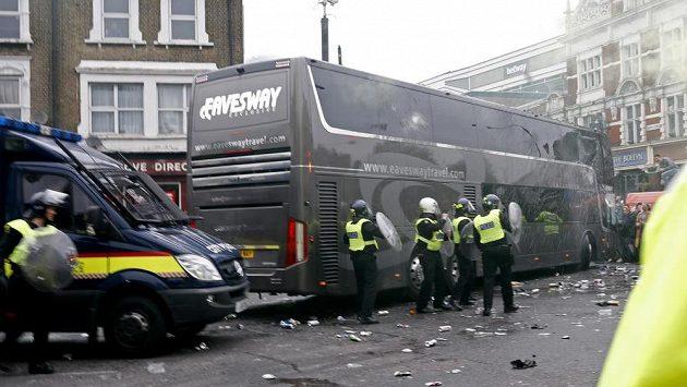 Demolice autobusu Manchesteru United před duelem s West Hamem.