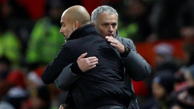 Kouč José Mourinho se s věčným rivalem Pepem Guardiolou sice objímá, ale pořád věří, že mu tiotul vyrve.
