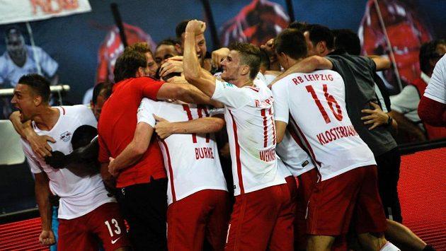 Radost fotbalistů Lipska po gólu proti Dortmundu.