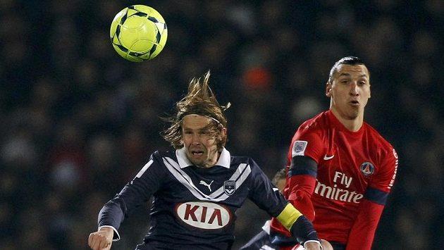 Záložník Bordeaux Jaroslav Plašil (vlevo) v souboji se Zlatenem Ibrahimovičem z PSG.