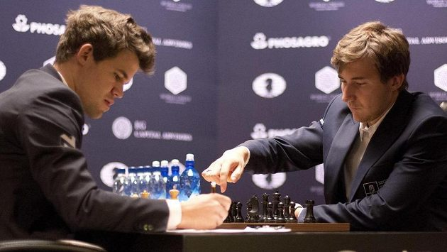 Norský šachista Magnus Carlsen (vlevo) v duelu o titul šachového mistra se Sergejem Karjakinem.