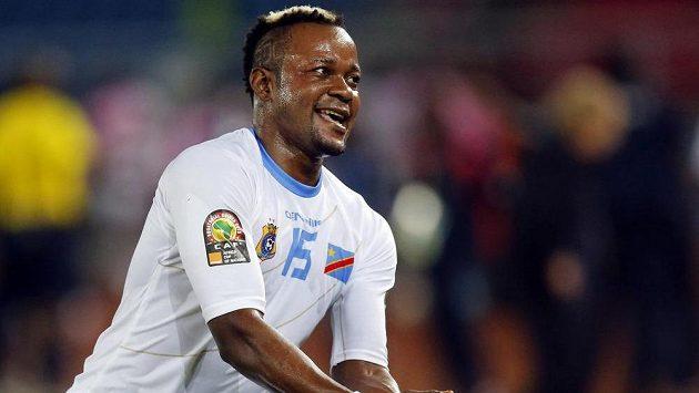 Joël Kimwaki z Konžské demokratické republiky slaví vítězství nad Kongem na mistrovství Afriky.