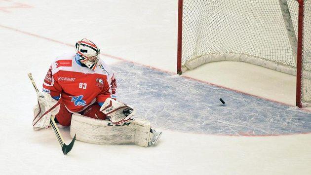 Olomoucký brankář Martin Falter inkasuje v duelu s Třincem kuriózní první gól.
