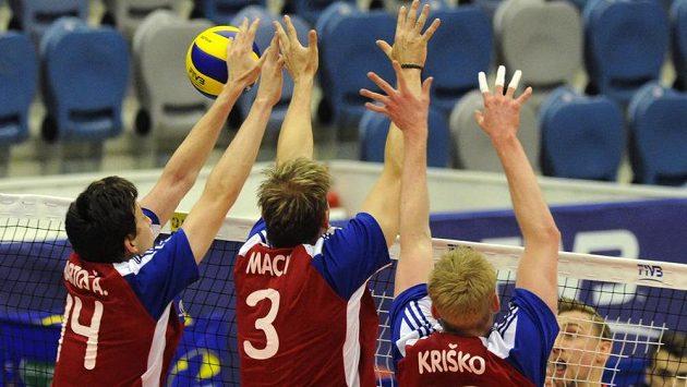 Čeští volejbalisté (zleva) Adam Bartoš, Radek Mach a Michal Kriško se snaží zablokovat smeč Nizozemce Robina Overbeeka při utkání Světové ligy.