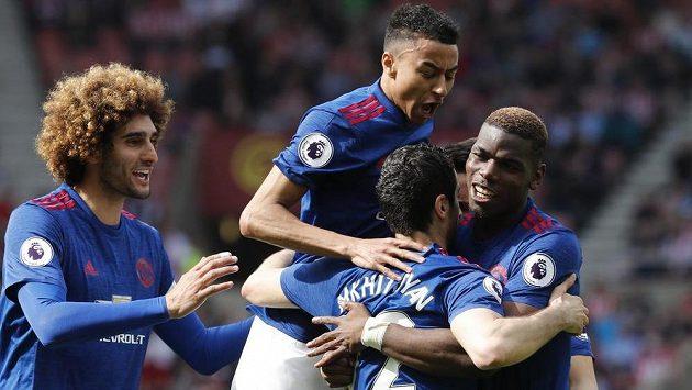 Radost fotbalistů Manchesteru United na půdě Sunderlandu během utkání Premier League.