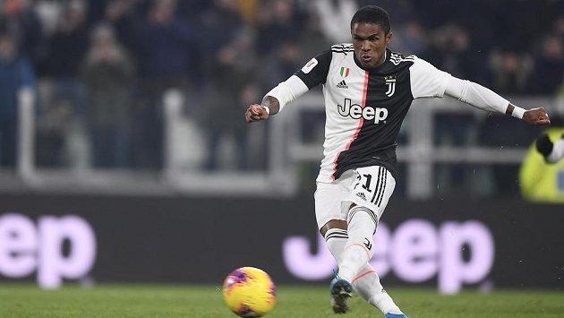 Douglas Costa dává gól proti Udine.