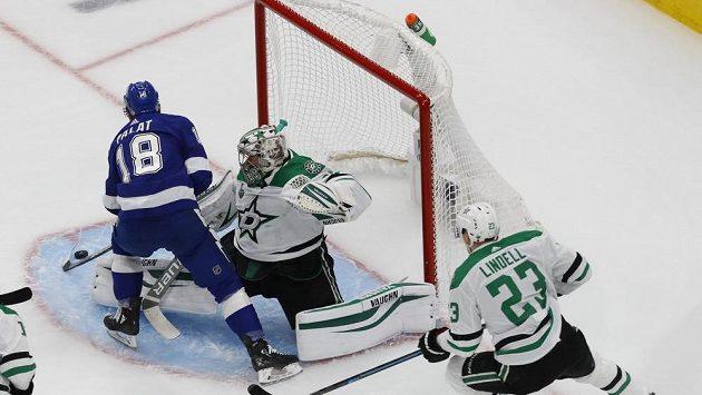 Český hokejista Tampy Ondřej Palát (18) střílí gól do sítě Antona Chudobina z Dallasu v pátém utání finálové série NHL.
