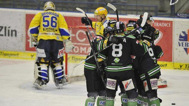Mladoboleslavští hokejisté se radují z gólu - ilustrační foto.