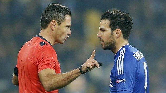 Slovinský rozhodčí Damir Skomina odmítá protesty Ceska Fábregase v utkání Ligy mistrů mezi Dynamem kyjev a Chelsea.