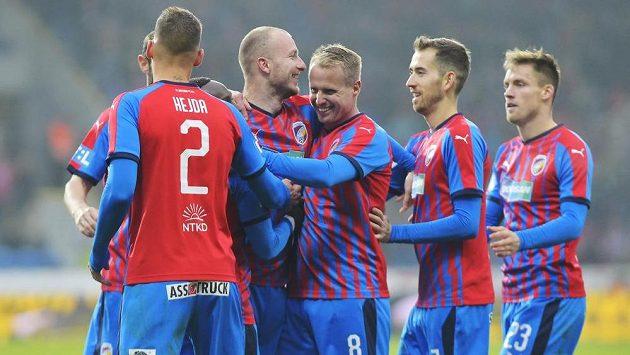 Fotbalisté Plzně oslavují gól proti Liberci.