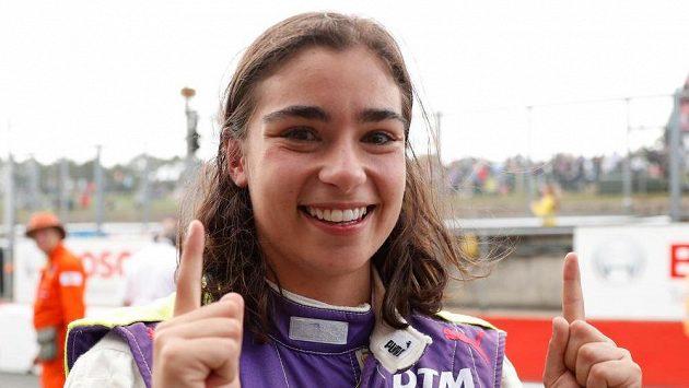 Britka Jamie Chadwicková se v Brands Hatch raduje z výhry ve formulovém šampionátu W Series.