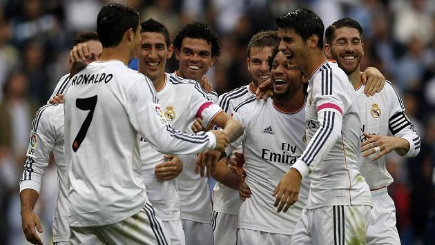Angel Di María (druhý zleva) slaví se spoluhráči z Realu Madrid svůj gól proti Malaze.