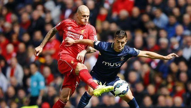 Martin Škrtel (vlevo) v červeném dresu slavného Liverpoolu.