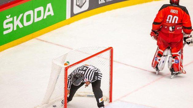 Rozhodčí sbírá puk z branky třineckého gólmana Ondřeje Kacetla během zápasu Ligy mistrů se švédským Leksandem.