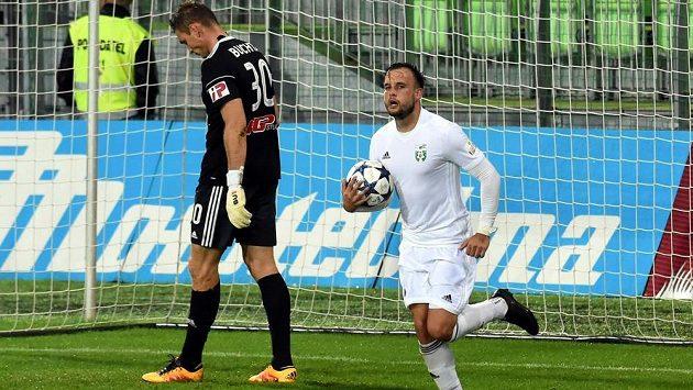 Lukáš Budinský z Karviné se raduje poté, co dal gól z penalty (ilustrační foto)