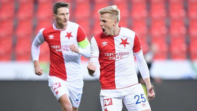 Slávista Michal Frydrych se raduje z gólu ve čtvrtfinále MOL Cupu proti Liberci. S gratulací spěchá ke střelci kapitán týmu Milan Škoda.