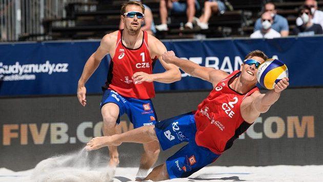 Čeští beachvolejbalisté David Schweiner (vpředu) a Ondřej Perušič v akci.