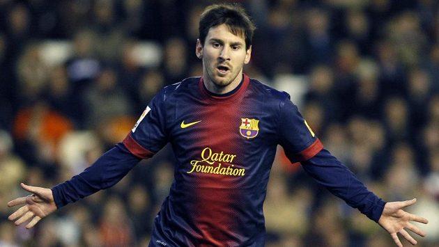 Lionel Messi slaví gól proti Valencii. V Barceloně se dočkal nové smlouvy a platu 16 miliónů eur ročně.