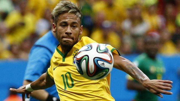 Brazilec Neymar během zápasu s Kamerunem.