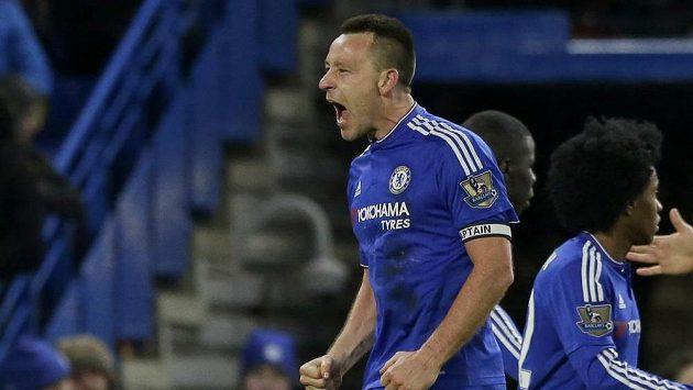Kapitán Chelsea John Terry se raduje z vyrovnávacího gólu v Evertonu.