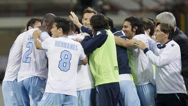 Fotbalista Lazia Ogenyi Onazi oslavuje se spoluhráči gól proti Interu Milán.