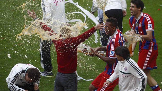 Jerome Boateng byl neúprosný, Pepa Guardiolu vysprchoval pivem i s jeho apartním svetříkem...