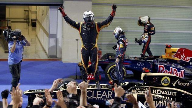 Kimi Räikkönen slaví triumf v Abú Zabí.