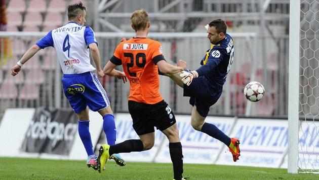 Liberecký brankář Přemysl Kovář (vpravo) inkasuje gól na hřišti Znojma. Zleva jsou domácí Emir Zeba a obránce Slovanu Lukáš Pokorný.