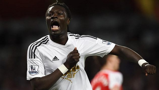 Fotbalista Swansea Bafetimbi Gomis oslavuje gól proti Arsenalu.