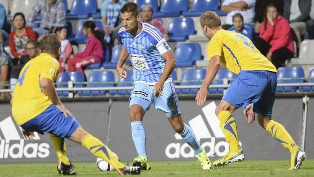 Milan Baroš z Mladé Boleslavi (uprostřed) v zápase se Zlínem.