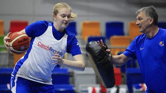 Česká basketbalistka Julia Reisingerová (vlevo) si v budoucnu může zahrát WNBA.