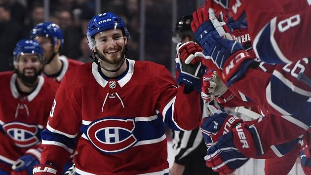 Victor Mete z Montrealu dal svůj první gól v NHL. Potřeboval na to 127 zápasů. Na snímku přijímá gratulace od spoluhráčů.