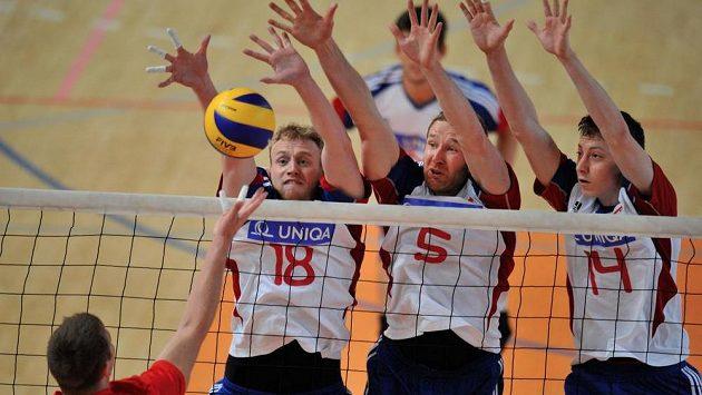 Čeští volejbaloví reprezentanti (zleva) Michal Kriško, Jiří Král a Adam Bartoš blokují na síti útok běloruského týmu.